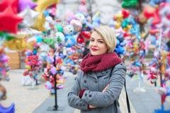 Zbliżenie piękna modna młoda kobieta Spacer w jesieni mieście obrazy royalty free