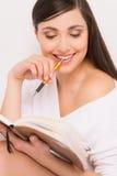 Zbliżenie piękny brunetki writing list obraz stock