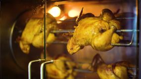 Zbliżenie piec na grillu kurczak wiruje wolno w rotisserie za upałem - odporny szkło zdjęcie wideo