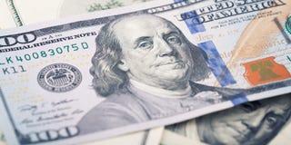 Zbliżenie pieniądze sto nowy Amerykański dolarowy rachunek Benjamin Franklin portret, my 100 dolarów banknotu czerep makro- obraz stock