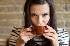 Zbliżenie Pije kawę Przy kawiarnią kobieta Obrazy Royalty Free