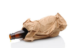 Piwna butelka w Brown torbie Fotografia Stock