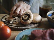 Zbliżenie pokrajać pieczarkowego karmowego fotografia przepisu pomysł zdjęcie royalty free