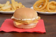 Zbliżenie polędwicowa rybia kanapka na czerwonej pielusze Zdjęcie Royalty Free