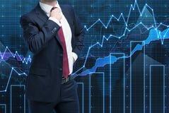 Zbliżenie pomyślny portfolio kierownik w formalnym kostiumu Pojęcie proces podejmowania decyzji w finanse Zdjęcie Stock