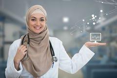 Zbliżenie portret życzliwej, uśmiechniętej ufnej Muzułmańskiej kobiety doktorska wskazuje ręka, zdjęcia stock