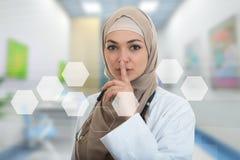 Zbliżenie portret życzliwy, ufny muzułmański z hijab seansu doktorskim westchnieniem, shh, cisza obraz stock