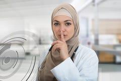 Zbliżenie portret życzliwy, ufny muzułmański z hijab seansu doktorskim westchnieniem, shh, cisza zdjęcie royalty free