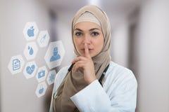 Zbliżenie portret życzliwy, ufny muzułmański z hijab seansu doktorskim westchnieniem, shh, cisza zdjęcie stock