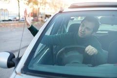 Zbliżenie portret agresywny męski kierowca honking w ruchu drogowego ja Obraz Royalty Free