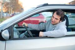 Zbliżenie portret agresywny męski kierowca honking w ruchu drogowego ja Zdjęcie Royalty Free