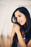 Zbliżenie portret atrakcyjna indyjska młoda kobieta ono uśmiecha się przy hom Zdjęcie Royalty Free