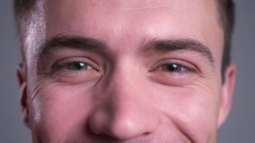 Zbliżenie portret atrakcyjny caucasian męski brąz przygląda się patrzeć prosto przy kamerą z uśmiechniętym wyrazem twarzy zbiory wideo