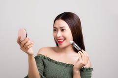 Zbliżenie portret azjatykci kobiety skincare jest ubranym makeup na bielu obraz stock