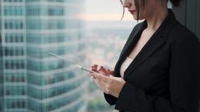 Zbliżenie portret biznesowa kobieta z smartphone w ona ręki kobieta w garniturze stoi bezczynnie ampułę zbiory