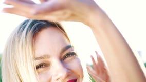Zbliżenie portret blondynki kobieta patrzeje kamerę i tana z zielonymi oczami zbiory
