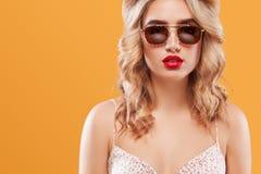 Zbliżenie portret blondynki kobieta w okularach przeciwsłonecznych kosmos kopii obrazy royalty free