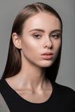 Zbliżenie portret daje kamerze w b piękna młoda kobieta Zdjęcie Stock