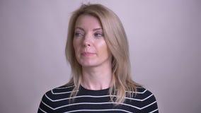Zbliżenie portret dorosłej atrakcyjnej blondynki caucasian kobieta jest wprawiać w zakłopotanie z i dostaje pomysł patrzeje kamer zbiory wideo