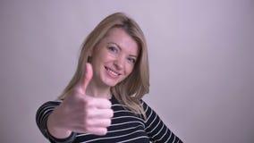 Zbliżenie portret dorosłej atrakcyjnej blondynki caucasian kobieta pokazuje kciuk w górę ono uśmiecha się z zaufaniem patrzeje zbiory