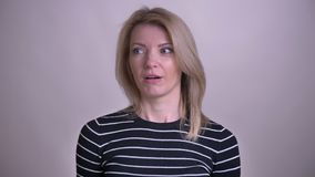 Zbliżenie portret dorosłej atrakcyjnej blondynki caucasian kobieta robi twarzy palmy z zawstydzeniem patrzeje kamerę zbiory
