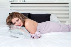 Zbliżenie portret dosyć ono uśmiecha się kobiety lying on the beach w łóżku fotografia royalty free