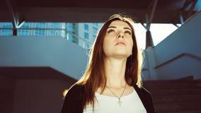 Zbliżenie portret dziewczyny zamyślenie patrzeje w górę promieni wieczór słońce w Pieg twarz obrazy royalty free
