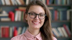 Zbliżenie portret ekskluzywny student uniwersytetu Wspaniała młoda kobieta patrzeje kamerę uśmiechniętą i śmia się w pracować zbiory