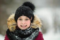 Zbliżenie portret emocji dziewczyna troszkę zdjęcia royalty free