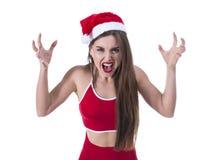 Zbliżenie portret gderliwy, gorzki, nierady gniewny, pomagier kobieta wrzeszczy z Santa Claus kapeluszowymi pięściami w powietrzu obrazy royalty free