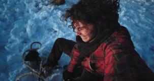 Zbliżenie portret kędzierzawego włosy faceta turysta na saniu w zima czasie robi śmieszny wideo bardzo z podnieceniem cieszyć się zdjęcie wideo