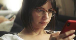 Zbliżenie portret kobieta wyszukuje jej telefon zdjęcie wideo