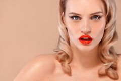 Zbliżenie portret kobieta z czystą i świeżą skórą Nagi makeup Kosmetologia, piękno i zdrój, obraz stock
