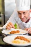 Zbliżenie portret męski szefa kuchni garnirowania jedzenie Obraz Royalty Free