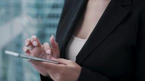 Zbliżenie portret młoda biznesowa kobieta z telefonem komórkowym w ona ręki zdjęcie wideo