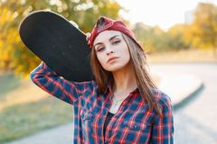 Zbliżenie portret młoda dziewczyna trzyma deskorolka w nakrętce ja Fotografia Royalty Free