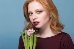 Zbliżenie portret młoda kobieta wącha hiacynt Kwiaty w przedpolu w ostrości fotografia royalty free
