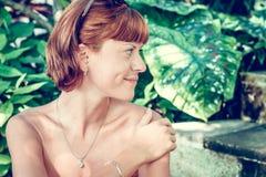 Zbliżenie portret młoda piękna kobieta na zielonych liściach popiera Tropikalna damy scena Bali wyspa Obrazy Stock