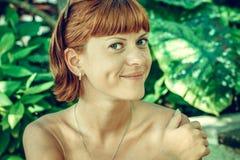 Zbliżenie portret młoda piękna kobieta na zielonych liściach popiera Tropikalna damy scena Bali wyspa Obraz Stock