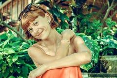 Zbliżenie portret młoda piękna kobieta na zielonych liściach popiera Tropikalna damy scena Bali wyspa Zdjęcie Royalty Free