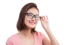 Zbliżenie portret młoda rozochocona azjatykcia kobieta w szkłach zdjęcia stock