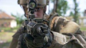 Zbliżenie portret młodego żołnierza broniący punkt w obszarze wiejskim z rujnującym budynkiem w tle zdjęcie wideo