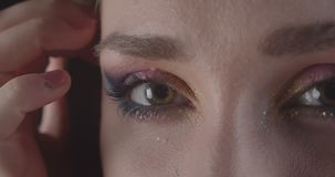 Zbliżenie portret młodego powabnego caucasian skrótu z włosami żeńska twarz z oczami z ślicznym błyskotliwości makeup z ono uśmie zdjęcie wideo