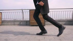 Zbli?enie portret m?ody atrakcyjny amerykanin afryka?skiego pochodzenia biznesmen wykonuje moonwalk na ulicie w miastowym mie?cie zdjęcie wideo