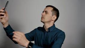 Zbliżenie portret młody biznesowy mężczyzna próbuje łapać komórkowego sygnał zdjęcie wideo