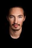Zbliżenie portret młody człowiek nad czerń obrazy royalty free