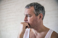 Zbliżenie portret, młody dorosły mężczyzna zaakcentowany, smutny przygnębiony, alon obrazy royalty free