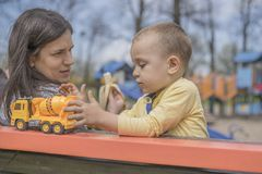 Zbliżenie portret matka bawić się na boisku szczęśliwy syn i fotografia stock