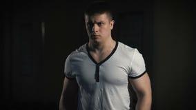 Zbliżenie portret mięśniowy mężczyzna trening z barbell przy gym zbiory