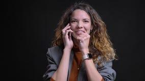 Zbliżenie portret opowiada na telefonie i szczęśliwie śmia się piękna młoda kobieta zbiory wideo